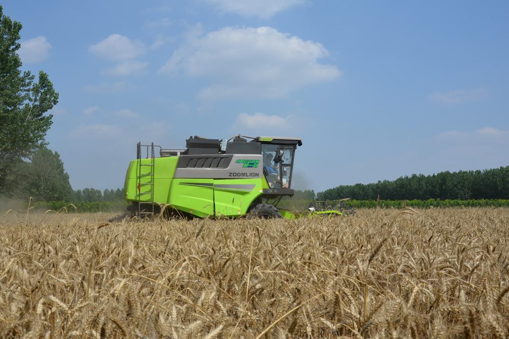 麦收作业在田间