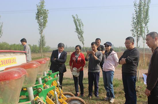 玉米免耕精量播种技术试验如期顺利开展