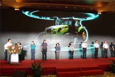 中国首台高端智能变频拖拉机——萨丁SD1604Plus成功上市