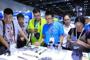 技术人员向现场参观者介绍先进柴油技术及电气化产品