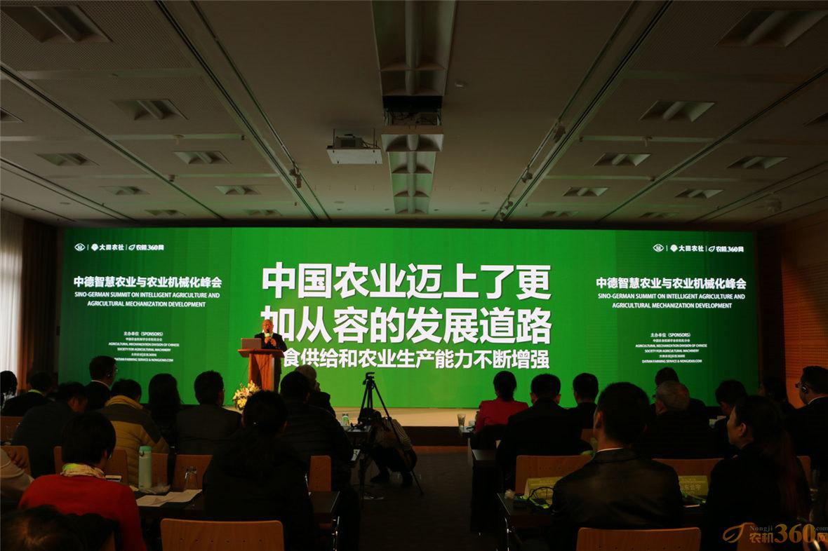 """吴克铭做了""""精耕中国制造-服务世界农业""""的主题演讲"""