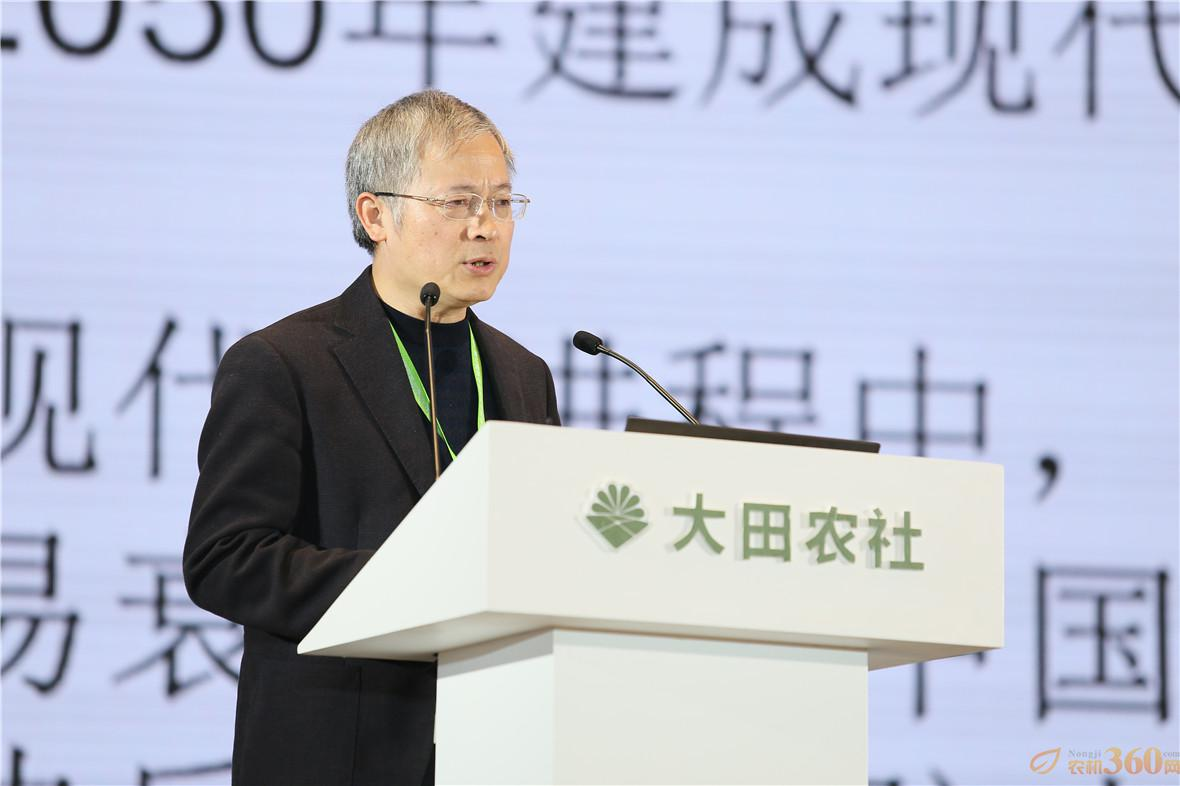 """国务院发展研究中心农村经济研究部部长叶兴庆就""""振兴乡村首在振兴农业""""进行了专题演讲。"""