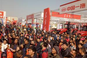 一年一度的黑龙江农机产品交易会吸引了八方来客,现场人头攒动。