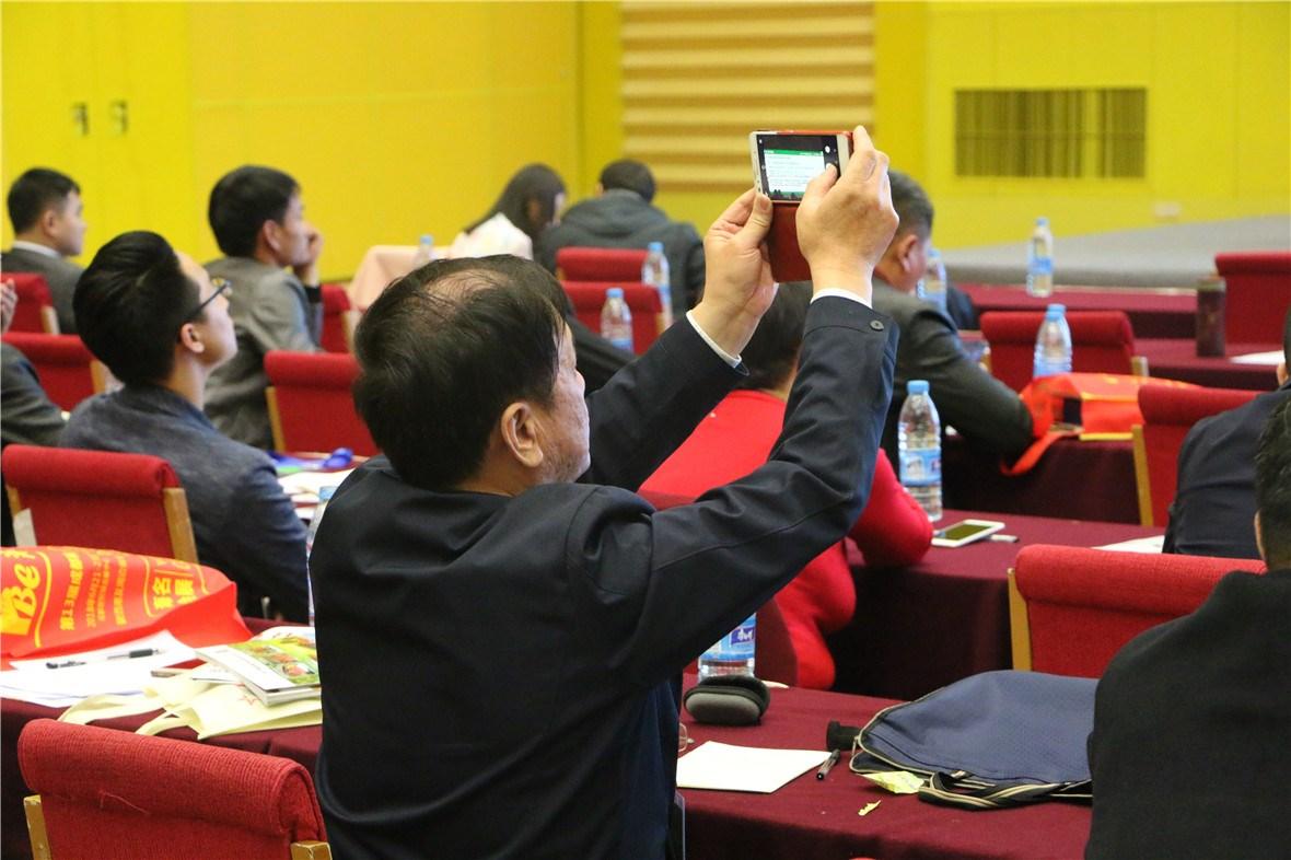 与会嘉宾拿起手机记录精彩时刻。