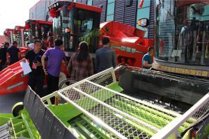 金达威2018年农业装备系列产品订货会——全国经销商供应商参观农机产品。