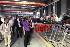 金达威2018年农业装备系列产品订货会——经销商参观厂房。
