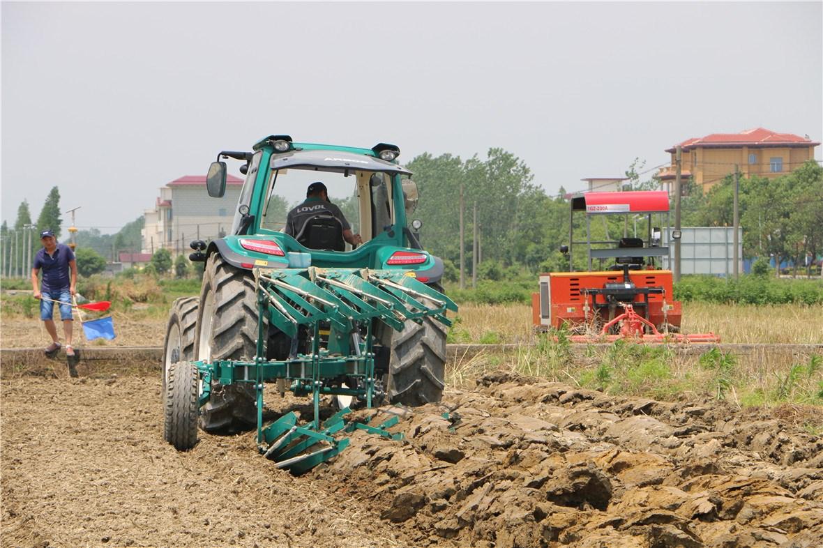2018年中国农机推广田间日活动暨农机化新技术培训班现场演示