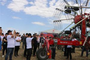 爱科牧草机械产品经理唐琳琳女士进行产品绕机讲解