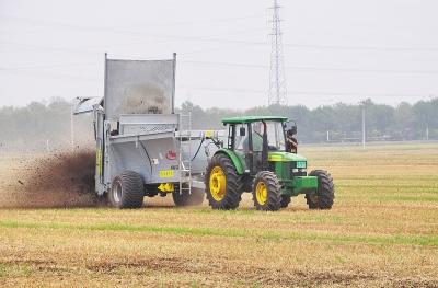有机肥撒施车作业.jpg