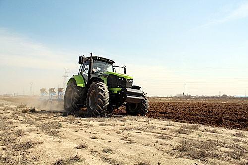 """200马力以上产品成为主流机械 国产大型智能拖拉机""""加马发力"""""""