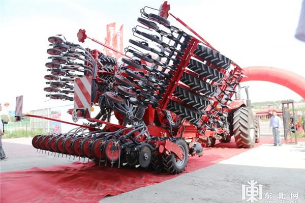 豪狮农业机械(哈尔滨)有限公司举办了首台设备下线仪式