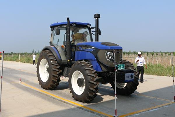 大马力拖拉机,使用的都是大赛指定的雷沃国三电控六缸涡轮增压发动机图片