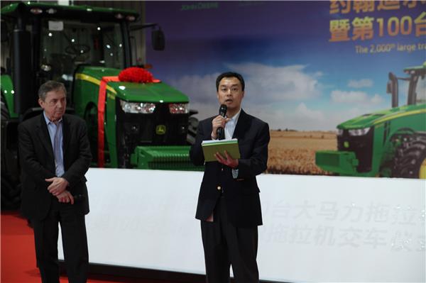约翰迪尔中国第100台8R拖拉机交付用户