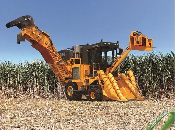 柳工S935T甘蔗收获机雨中高难作业获用户掌声