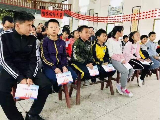 雷沃公益走进江西 携手科技部开展关爱留守儿童活动2.jpg