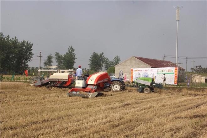 秸秆变形记:新型农机——履带式秸秆打捆机