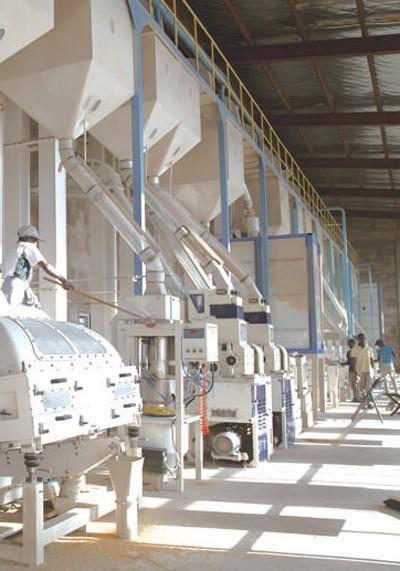 应用中国技术促进粮食增产 非洲农业踏上机械化之路