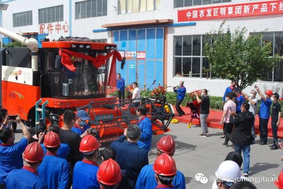 巨明多功能纵轴流谷物机/大蒜收/新型拖拉机问世