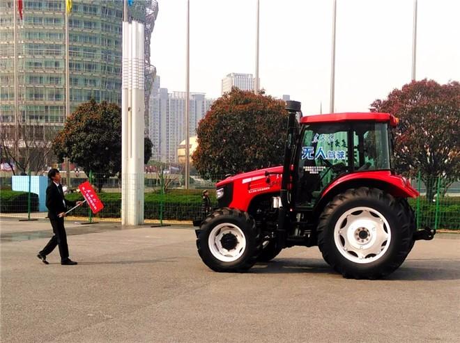 """农民体验无人驾驶:""""东方红拖拉机""""名不虚传"""