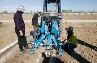 旱塘瓜施肥开沟覆膜覆土复式作业机样机试验成功