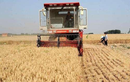 濮阳市农机部门快速行动为小麦联合收割机加装降尘装置