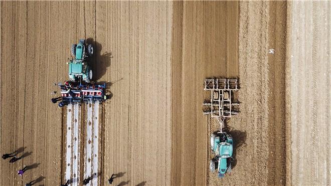 与智者同行 与强者为伴 ——雷沃阿波斯智能农机闪亮中德农业示范园田间日