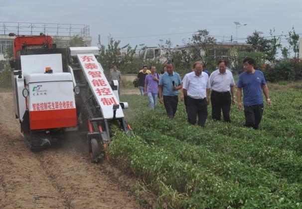 中国工程院罗锡文院士一行莅临临沭县东泰机械指导工作