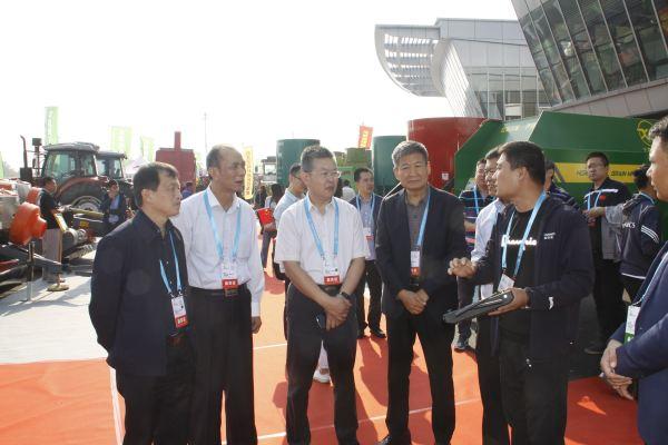 四方宾客参观中国(山西)特色农产品交易博览会农博会农机展