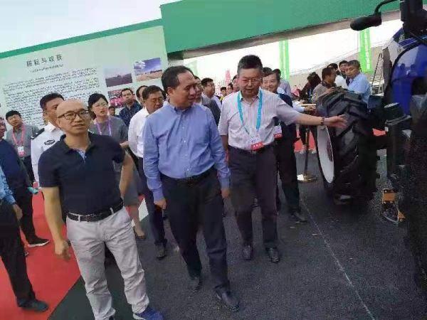 山西省王成副省长检查指导现代农机装备展区筹备工作