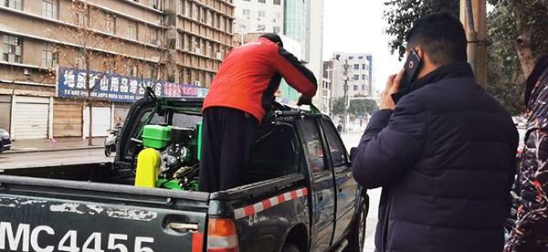 灵宝市农机局:冒雨开展农机服务