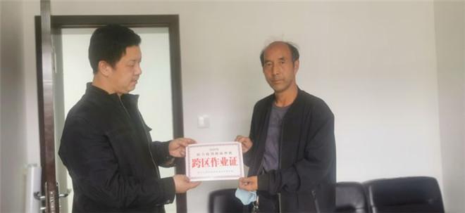 灵宝市农机局:免费发放《跨区作业证》助力三夏农机生产