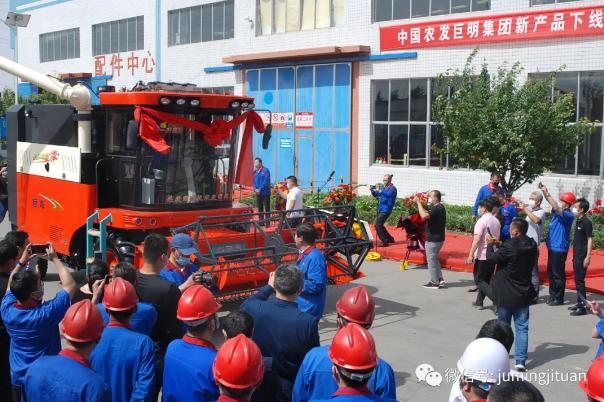 巨明多功能纵轴流谷物机、大蒜收割机、新型拖拉机问世