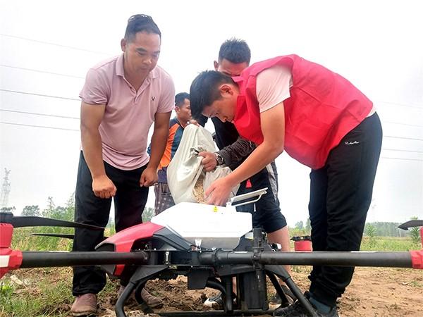 农民创新无人机播撒水稻创高效