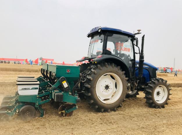 中国农机田间日:雷沃智慧农机具大显身手
